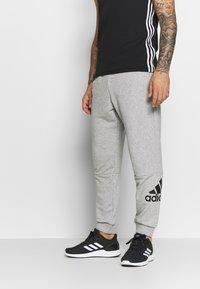 adidas Performance - MUST HAVES SPORT TAPERED SWEAT PANT - Pantalon de survêtement - grey - 0