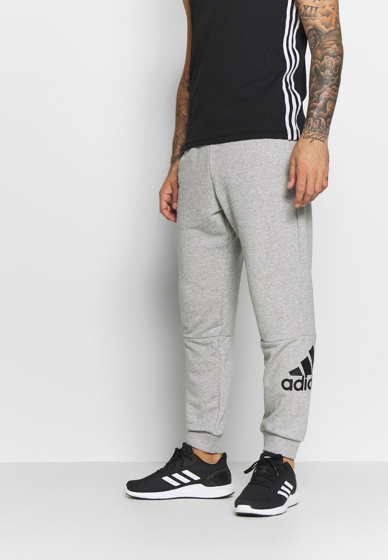 adidas Performance - MUST HAVES SPORT TAPERED SWEAT PANT - Pantalon de survêtement - grey