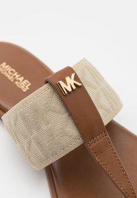 MICHAEL Michael Kors - VERITY THONG - Sandály s odděleným palcem - hemp - 6