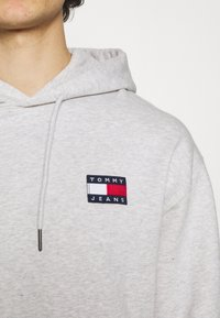 Tommy Jeans - BADGE HOODIE UNISEX - Sweat à capuche - silver grey heather - 5