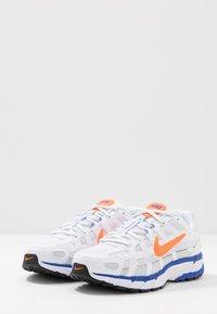 Nike Sportswear - P-6000 - Sneakers basse - white/hyper crimson/racer blue/black/pure platinum - 2