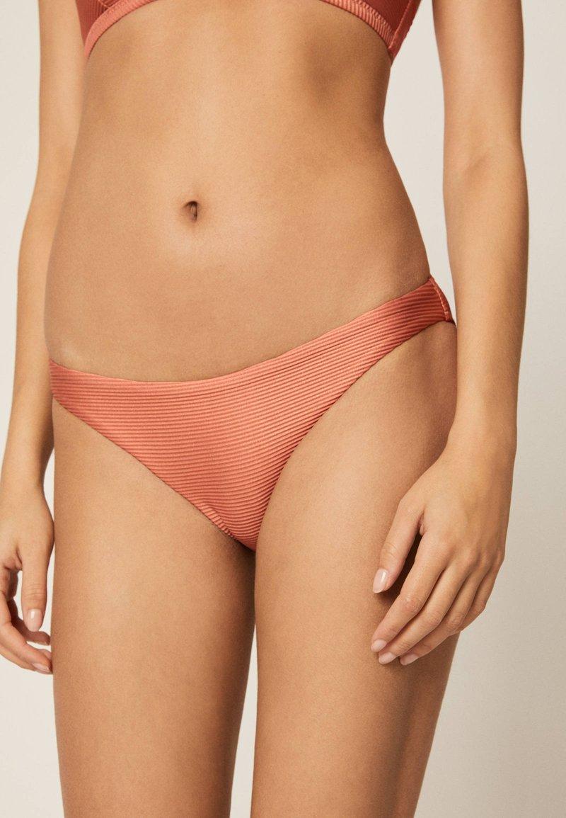 OYSHO - KLASSISCHER BIKINISLIP IN KUPFERROT 30723368 - Bikini bottoms - coral