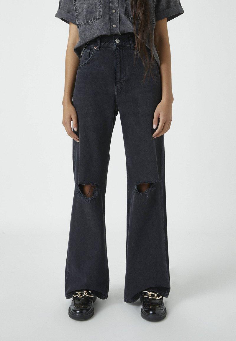 PULL&BEAR - MIT HOHEM BUND - Jeans a zampa - black