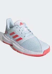 adidas Performance - COURTJAM - Zapatillas de tenis para tierra batida - sky tint/signal pink/footwear white - 1