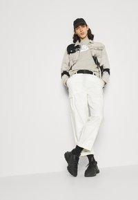 Nike Sportswear - Sudadera - stone/white - 4