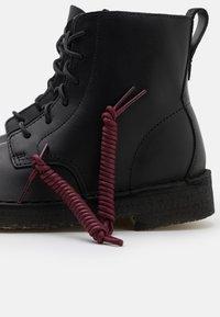 Clarks Originals - DESERT MALI - Botines con cordones - black polished - 5