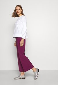 Victoria Victoria Beckham - CROPPED FLARED TROUSER - Trousers - raspberry jam - 3