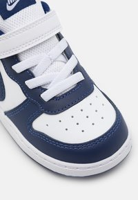 Nike Sportswear - COURT BOROUGH 2 UNISEX - Sneakers laag - white/blue void/signal blue - 5