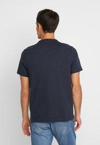 Farah - DENNIS SOLID TEE - T-shirt z nadrukiem - true navy - 2