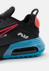 Nike Sportswear - AIR MAX2090 UNISEX - Zapatillas - black/fusion red/light blue fury/grey fog - 5