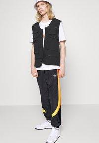 adidas Originals - SPRAY UNISEX - Pantaloni sportivi - black - 3