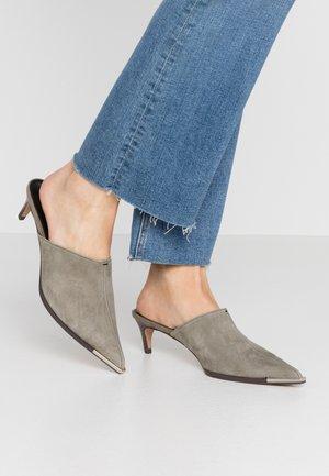 JUICY WESTERN MULE - Pantofle na podpatku - khaki