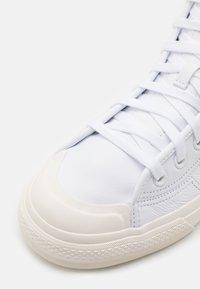 adidas Originals - NIZZA UNISEX - Sneakers alte - footwear white/chalk white/gold metallic - 5