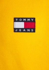Tommy Jeans - BADGE HOODIE UNISEX - Sweat à capuche - florida orange - 2