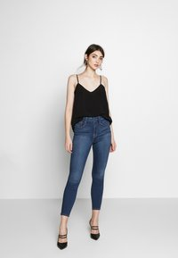 Good American - GOOD WAIST CROP - Jeans Skinny Fit - blue denim - 1