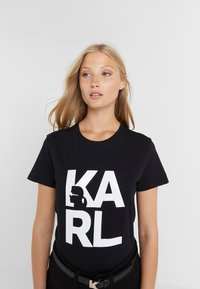 KARL LAGERFELD - SQUARE LOGO TEE - T-shirts med print - black - 0