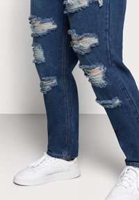 Glamorous Curve - RIPPED CECE - Relaxed fit jeans - dark blue wash - 4