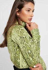 Weekday - CHIE PRINTED TURTLENECK - Long sleeved top - green - 4