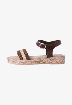 Sandály na klínu - mocca