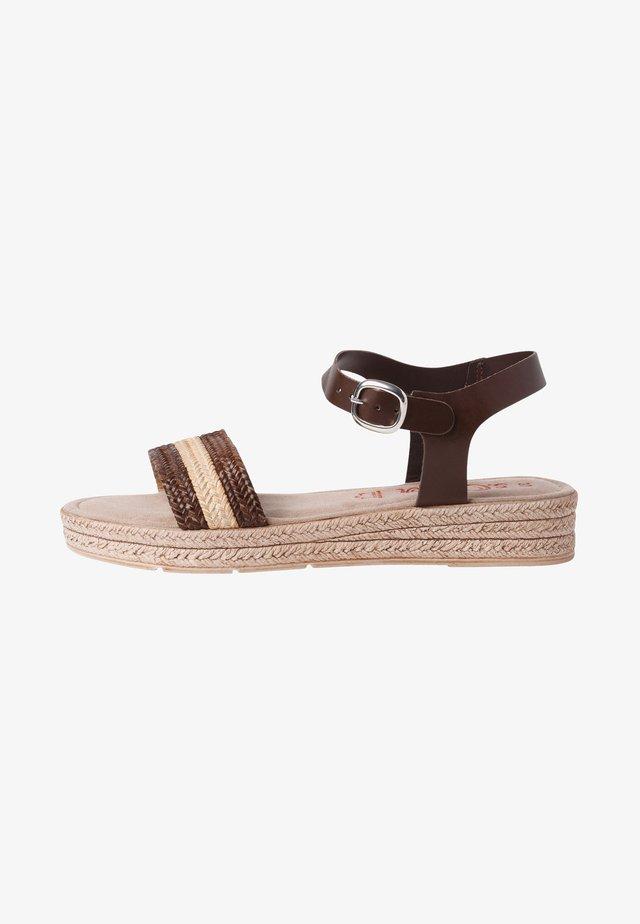 Sandaletter med kilklack - mocca