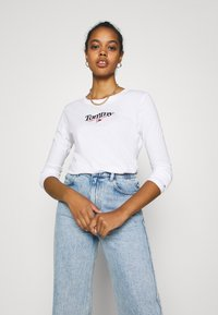 Tommy Jeans - ESSENTIAL LOGO LONGSLEEVE - Long sleeved top - white - 2