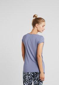 Curare Yogawear - WASSERFALL - T-shirts - french blue - 2