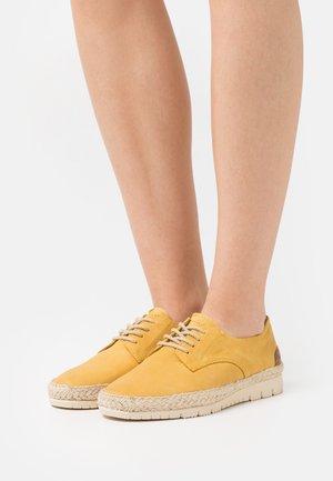 Casual lace-ups - saffron