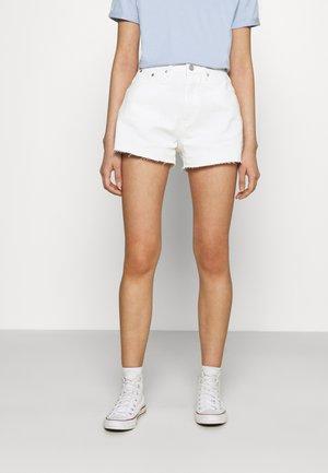 RIOT RAW HEM MOM - Denim shorts - white
