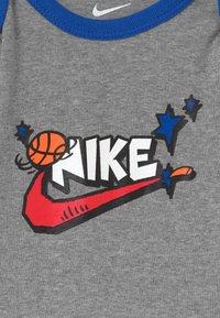 Nike Sportswear - SPORT FUTURA UNISEX SET - Dárky pro nejmenší - grey - 3
