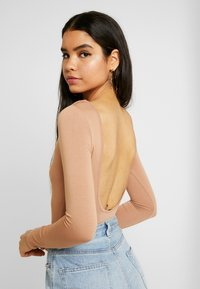 Missguided - LONG SLEEVE LOW BACK 2 PACK - Long sleeved top - black/ camel - 4