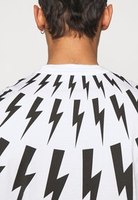 Neil Barrett - FAIRISLE THUNDERBOLT - T-shirt imprimé - white/black - 3