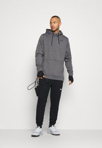 Nike Performance - Sweat à capuche - charcoal heather/black - 1