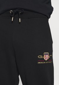 GANT - ARCHIVE SHIELD  - Teplákové kalhoty - black - 3