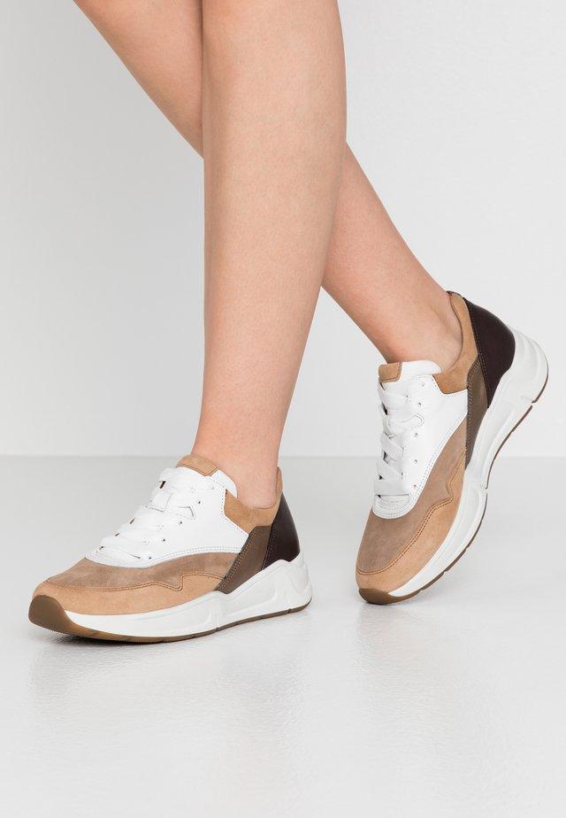 Sneakers basse - caramel/weiß/kupfer