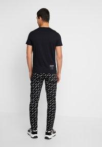 Calvin Klein Jeans - SMALL LOGO SLIM TEE - Triko spotiskem - black beauty/silver - 2