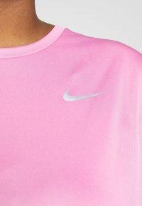 Nike Performance - DRY MILER PLUS - Basic T-shirt - magic flamingo/reflective silver - 4