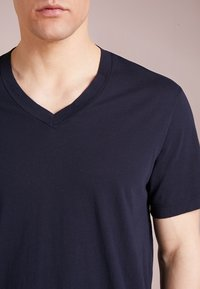 James Perse - V-NECK TEE - Jednoduché triko - deep - 4