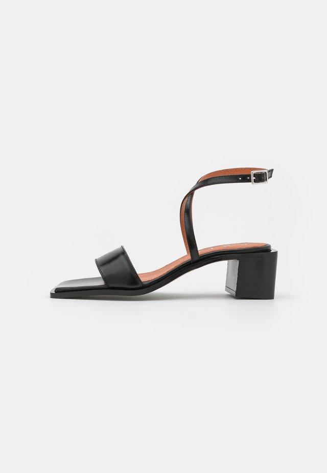 Sandaalit nilkkaremmillä - black sierra