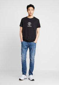 Timberland - STACK LOGO TEE - T-shirt z nadrukiem - black - 1