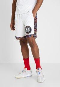 Nike Performance - NBA CITY EDITION BROOKLYN NETS SWINGMAN SHORT - Krótkie spodenki sportowe - white/black - 0