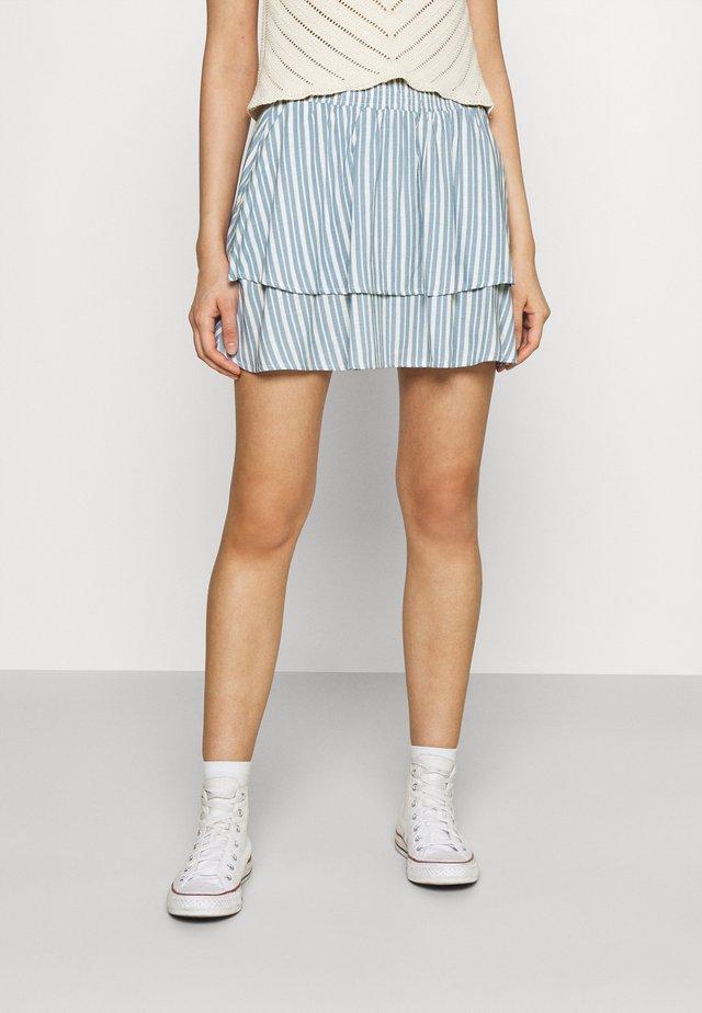 ONLAURORA SMOCK LAYERED SKIRT - Minifalda - bright white/faded denim