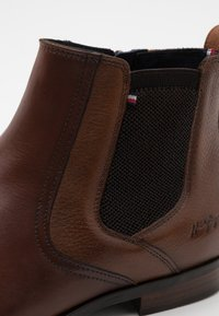 Tommy Hilfiger - CASUAL CHELSEA - Classic ankle boots - winter cognac - 5