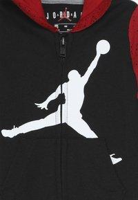 Jordan - OVERSIZED JUMPMAN COVERALL - Verryttelypuku - black/gym red - 3