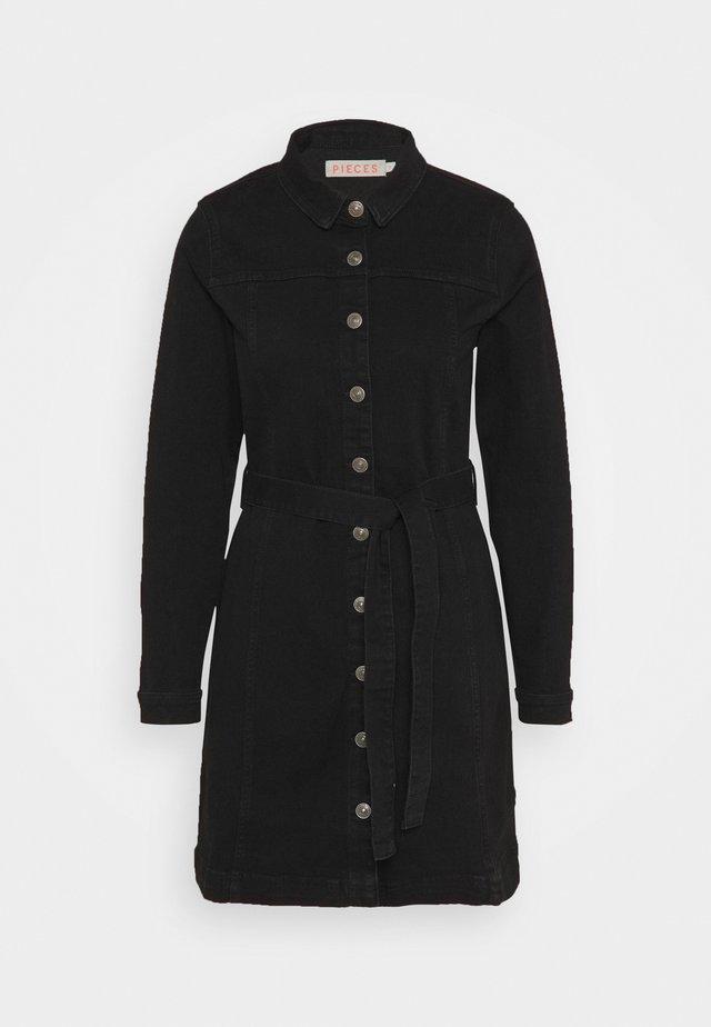 PCBILL TIE BELT DRESS - Robe en jean - black