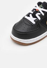 Nike Sportswear - FORCE 1 LV8 M2Z2 BT UNISEX - Zapatillas - black/solar flare/white/black - 5