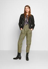 Pepe Jeans - LIA - Spodnie materiałowe - thyme - 1