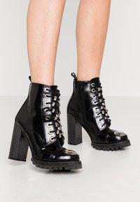Jeffrey Campbell - KICKSTAND - Kotníková obuv na vysokém podpatku - black - 0
