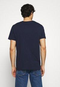 GANT - 1949 CREST  - T-shirt med print - evening blue - 2