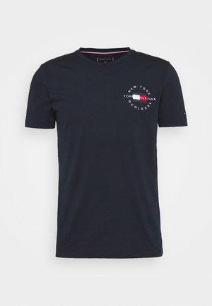 CIRCLE CHEST TEE - Print T-shirt - desert sky