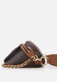 MICHAEL Michael Kors - SLATER SLING PACK - Across body bag - brown/acorn - 4